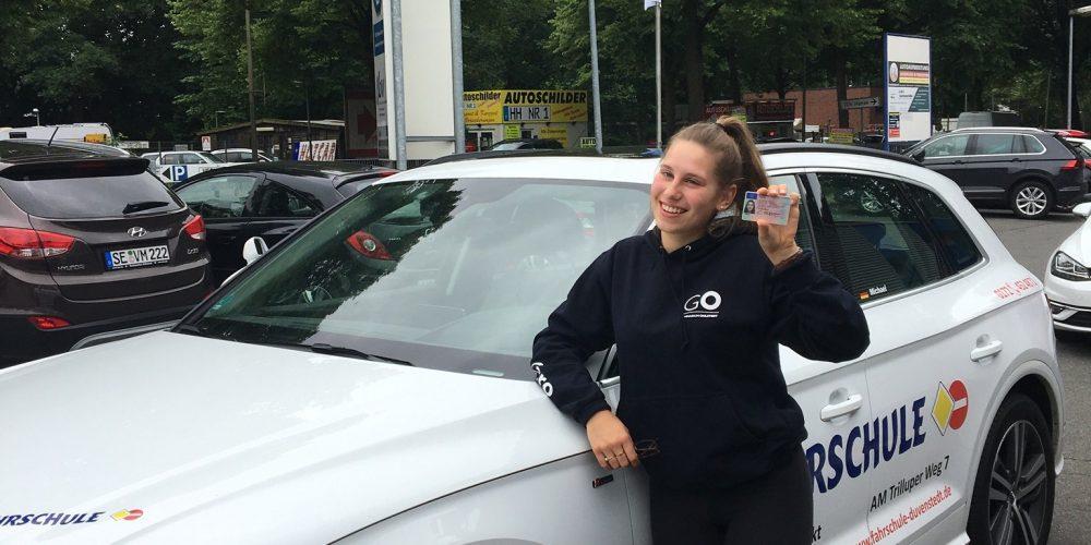 Und auch Caroline hält ihren Führerschein in den Händen 🚗