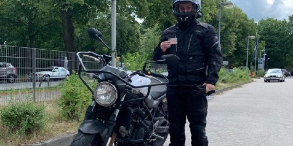 Simon fährt jetzt auf zwei Rädern durch die Gegend
