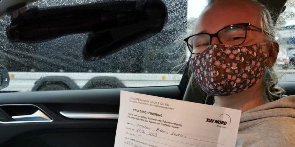Milena darf jetzt ohne Fahrlehrer durch die Gegend cruisen